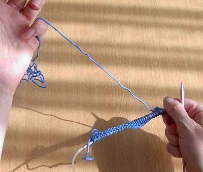http://www.nafra.eu/content/39-breitip-10  Breien leren met een rondbreinaald op Duitse manier!