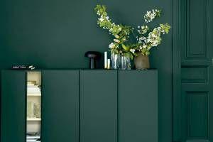 Um jogo monocromático de volumes e texturas é criado neste ambiente graças à tinta Ocean Green, da fabricante sueca sadolin, que cobre parede, porta e aparador da mesma maneira.