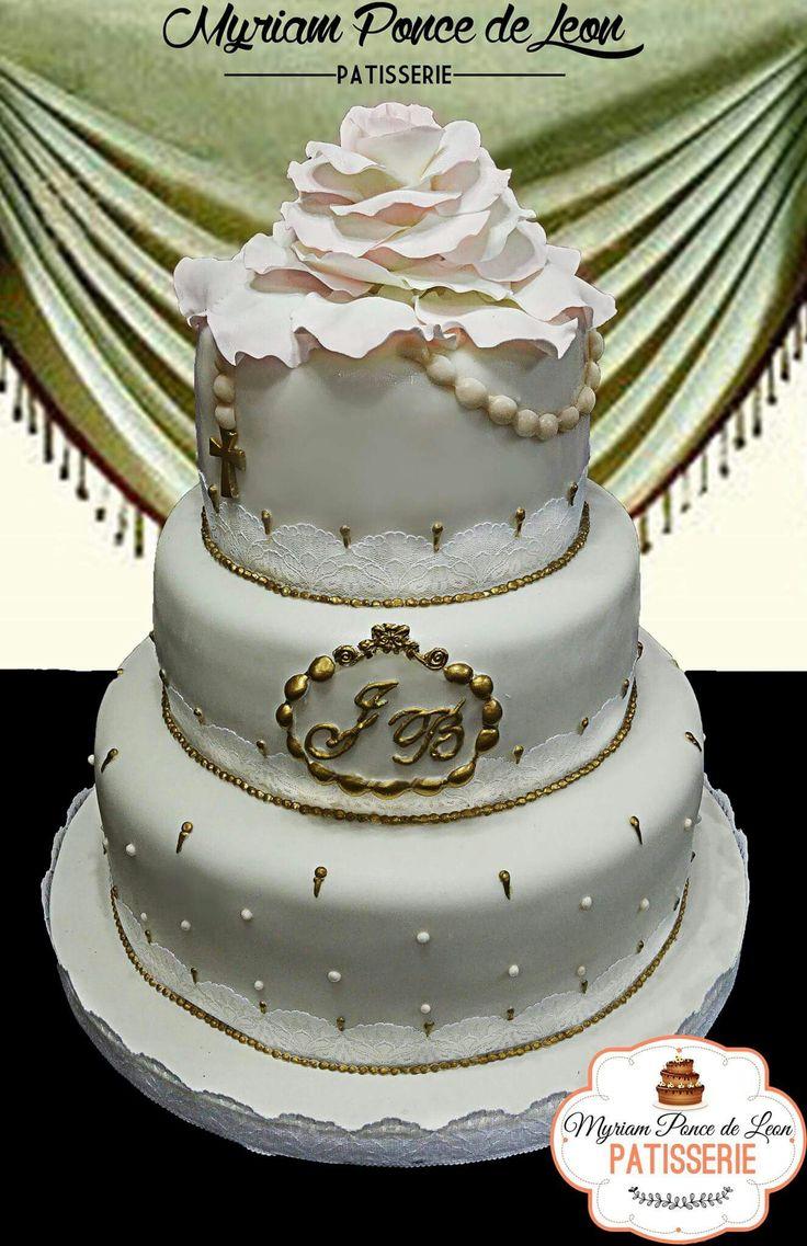 Torta de bodas terminada con importante rosa y rosario de azucar