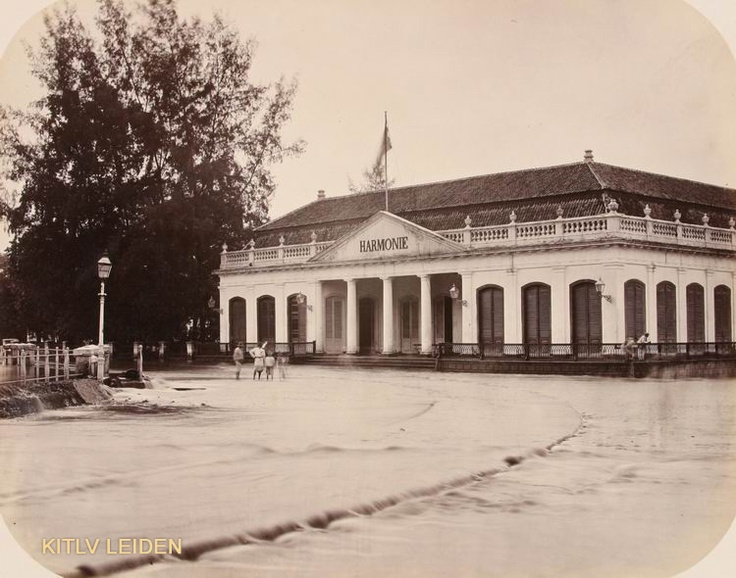 Harmoni Building. Banjir Jakarta_1 :  Memang sudah warisan sejak jaman jebot, Gedung Harmonie- Jakarta.  dari gedung inilah nama Harmoni (Persimpangan Harmoni) berasal.