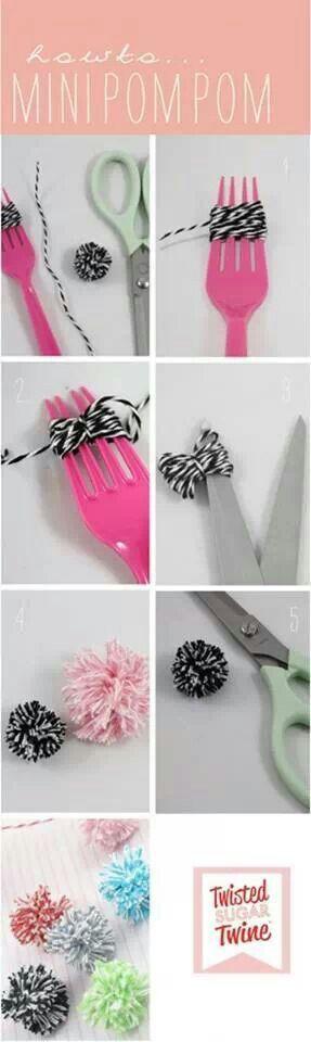 Como hacer pompones con un peine siguiendo lis pasos indicados.