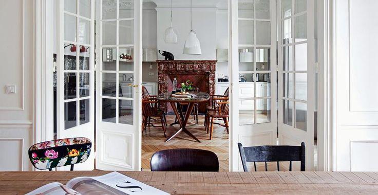 Silvia Reynold passe sa vie entre Turin où elle est propriétaire du concept store Verdelilla, et Paris où elle a investi dans un bel appartement ancien avec stuc, cheminées et parquets craquants, l'alchimie des intérieurs français selon elle. Passionnée autant par la décoration que par la mode, ce vaste appartement à enfilade a servi de Lire