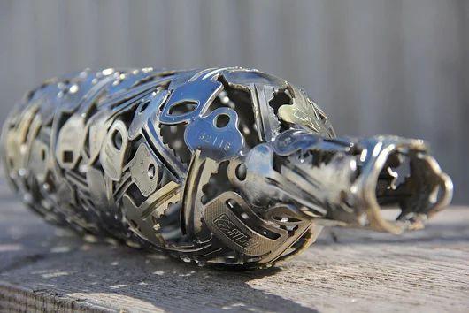 L'artista che trasforma chiavi e vecchie monete in arte