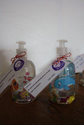 """HAND soap. Nodig: Handzeep (transparant) leuke raamstickers, glassteentjes/schelpjes enz. lintje + gekl. papier. Werkwijze: Week/verwijder het etiket van het flesje.. Flesje versieren met raamstickers. Draai de dop van het flesje, giet er iets zeep uit. stop wat steentjes of schelpjes in de fles en sluit deze. Handje van je kind overtrekken op gekl. papier en schijf hier de tekst; """"Thanks for giving me a helping HAND"""" op. Bindt het handje met lint aan het flesje."""