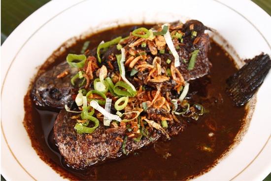 Sajian Betawi yang mulai jarang sekarang: Sayur Pucung Gabus, terdiri dari ikan gabus yg disajikan dengan kuah rawon. (A Betawi dish that become rare nowadays: Pucung Gabus, made of fish cork delivered with rawon gravy.)