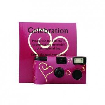 Un'idea per i vostri invitati: una macchinetta fotografica usa e getta con cuori viola