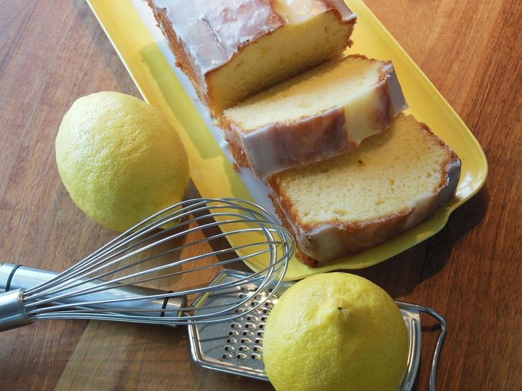 Wij hebben hier nooit aan gedacht! Citroencake is iets wat wij zo nu en dan dolgraag eten, vooral met een beetje lemon curd is deze lekkernij goddelijk. We hebben tal van recepten uitgeprobeerd voor citroencake, maar het recept van Nigella Lawson voor het zoete tussendoortje is waarschijnlijk de l
