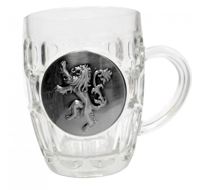 Jarra de cerveza logo metálico casa Lannister. Juego de Tronos Estupenda jarra de cerveza 100% oficial y licenciada con la imagen del logo metálico de la casa Lannister con una capacidad de 0.5 litros de la serie Juego de Tronos.