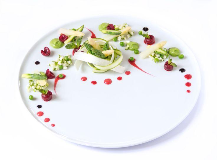 Antipasto vegan con asparagi crudi e cotti, coulis di ciliegie, ciliegie fresche, crema di piselli e riduzione balsamica #vegan #glutenfree #dietettico