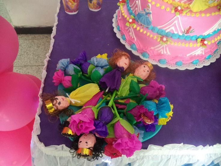 Facebook: GLOBOS Y MANUALIDADES (la del payasito fondo naranja. *Bombones decorados (Princesas)*