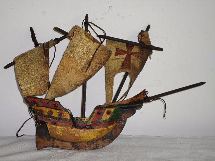 Antiguo barco de madera.carabela,velas de cuero pintadas a mano