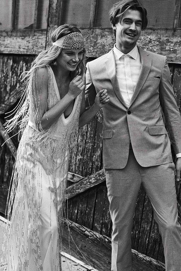 Con relucientes flecos. | 36 de los más sencillos y hermosos vestidos bohemios de novia de siempre