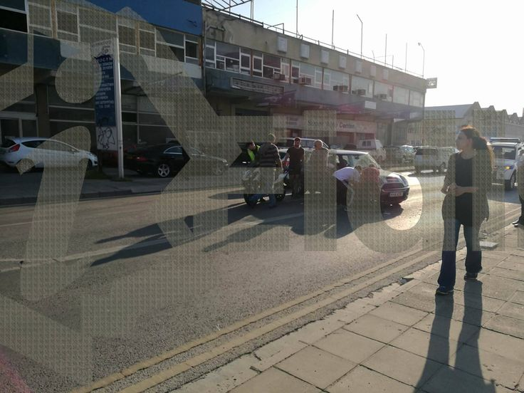 Εσπευσμένα στο νοσοκομείο μοτοσυκλετιστής- Oδηγός οχήματος του έκοψε το δρόμο στον Άγιο Δομέτιο(Φωτογραφίες)