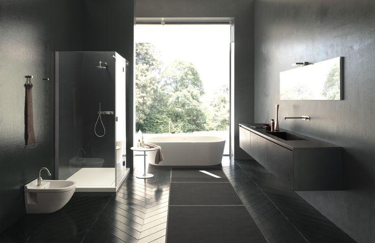 Este es el cuarto de mi casa. Es muy moderno y luminoso y desde la ventana podemos mirar la meravillosa zona verde. Hay un inodoro, un bidé, una grande ducha, un lavabo, un espejo y una bañera. Perfecto para relajarse.