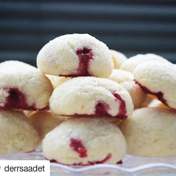 @derrsaadet @derrsaadet BU Nasıl bi güzellik Bayram tadında bayramlarımız ve günlerimiz olsun.. Aynı hafta içinde iki defa yapacak kadar lezzetli olan bu kurabiyeleri ilk defa sevgili @kekikkaramel 'in sayfasında #kekikkaramelkurabiye etkinliğinde görmüştüm. Tarif @aboutmykitchen 'a ait. Gördüğüm günden beri aklımdaydı ve nihayet deneyebildim☺️ Teşekkürler @aboutmykitchen ve @kekikkaramel Frambuazlı Lor Kurabiye Malzemeler; 125 gr tereyağ (oda sıcaklığında) 1 sb şeke...