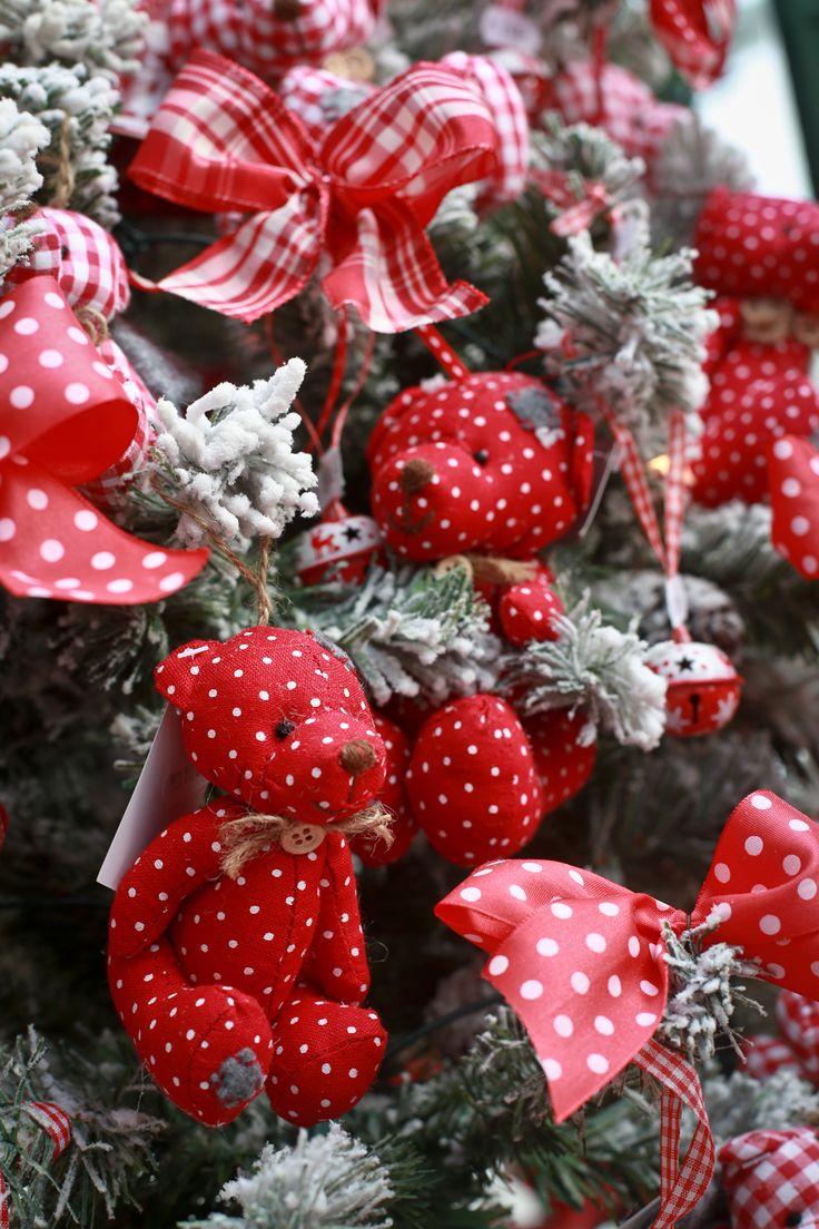 Idén karácsonykor is hódít a cukorkás hangulat, a piros-fehér szín és a baglyok. Megmutatjuk, hogy milyenek a trendi karácsonyfák, és ötleteket is adunk a díszítéshez.