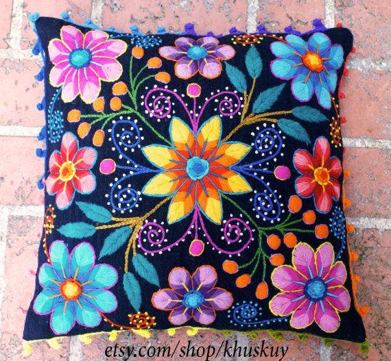 Fundas de almohadas bordadas flores ovejas y alpaca por khuskuy