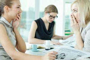 Odcinek 5: Profesjonalista słucha. ak radzić sobie z plotkami w miejscu pracy? Jak zachować się taktownie, gdy słyszymy plotki na temat swoich współpracowników? Więcej na: http://www.krawatimuszka.pl/etykieta-w-biznesie/profesjonalista-tarapatach-odc-5/
