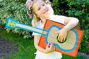 Für die kleinen #Musiker: Eine #Kindergitarre aus #Karton. Hier #nachbasteln: https://www.wummelkiste.de/blog/wummel-gitarre-aus-karton/