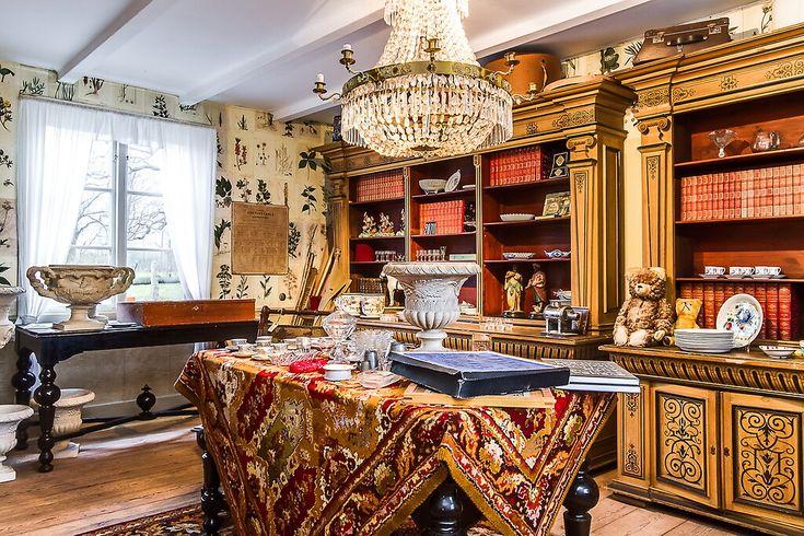 Ornate bookshelves. Framing with nether quarts?