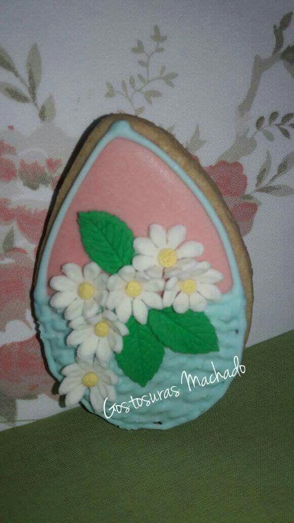 Ovo biscoito amanteigado de baunilha decorado para páscoa com glacê real decorado em cesta com flores de pasta de marshmallow