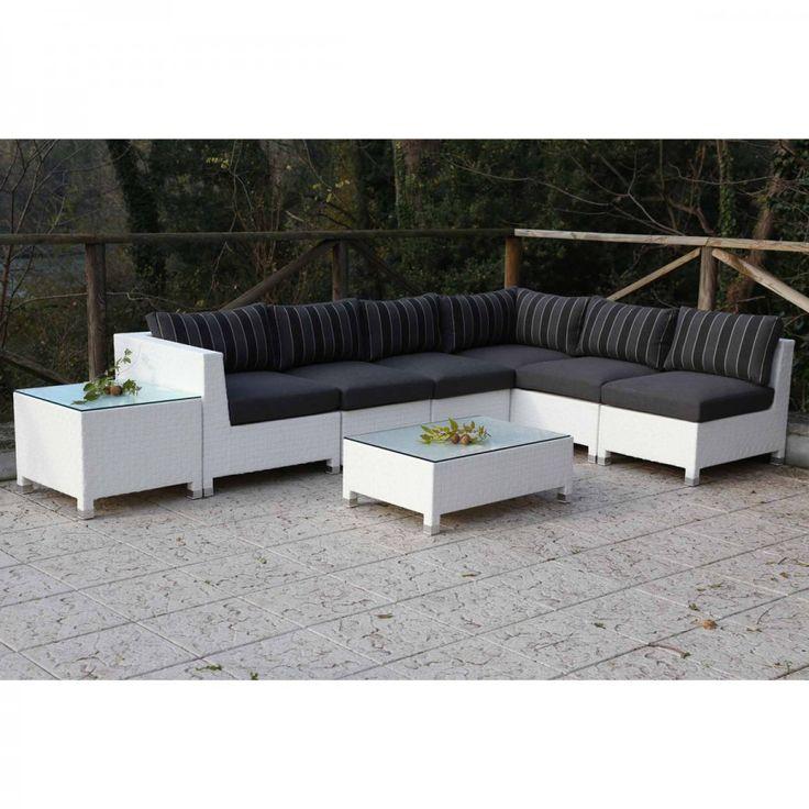 Set Maros. Divano angolare da esterni dallo stile lineare e moderno completo di due tavolini, un set ideale per creare uno spazio accogliente anche all'esterno.