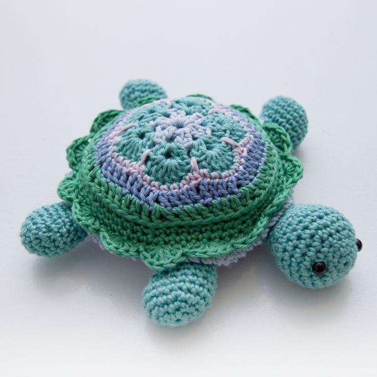 Gratis haakpatroon; Tina The Turtle. (EN) Scroll naar beneden voor het patroon. ✤ Het Haak Orakel ✤ https://www.pinterest.com/hethaakorakel/ ✤ #crochet #free #pattern