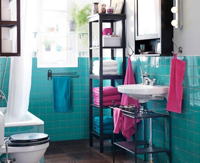 Värikäs kylpyhuone, jossa RÖNNSKÄR-pesuallashylly.