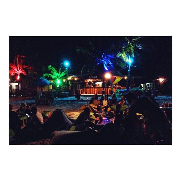 ランカウイ島ビーチのムードが神 Kalut Cafe on Chenang beach  皆さんおなじみのAlinやQimたちと 海辺のKalutCafeでリラックス  大きなクッションが置いてあって  それに寝そべりながら楽しめますV(_)V  なんとアルコールを注文しても これだけムードがあるのにたったの300円ほど  ソフトドリンクなら100円程度です  波の音を聞きながら お酒飲んでリラックス(_)  うんこれが僕の求めていた生活  #kalutcafe #kalutcafenbar #kalutcafeandbar #kalutcafebar #海外移住 #海辺の暮らし #海辺のカフェ #海辺の生活 #海辺のcafe #海辺の茶屋 #オシャレなバー #たまにはオシャレなバーガー #リラックス #リラックスタイム #リラックスしすぎ #リラックスできた #リラックスモード #リラックスしてる #浜辺の茶屋 #浜辺のカフェ #浜辺の散歩 #浜辺の思い出 #浜辺の茶屋 #理想の #理想の休日 #理想のくらし #理想の生活 #今が一番 #いつも今が一番楽しい #今が一番面白い