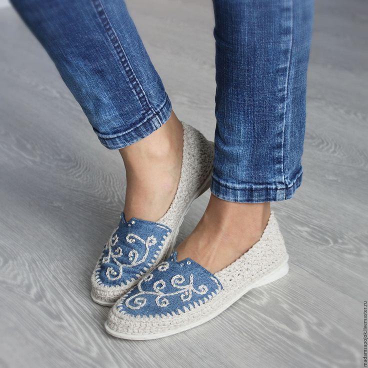 Купить или заказать Льняная обувь 'Эко МОДА' в интернет-магазине на Ярмарке Мастеров. ПРОДАНЫ!! В наличии - готовая работа 38 - 39 размер ( подойдут на длину ступни 25,8 - 26,5 см )!! Доставка по России бесплатно! Отправлю сразу после оплаты. Решила поэкспериментировать и совместить удобную льняную обувь с модной джинсовой :) Получился такой интересный микс... и удобный ... и модный ! Джинсовая часть, в том числе и стелька, вышита льном и декорирована стразами.