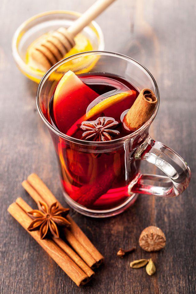 Vin chaud aux épices     1,5 l de vin de Bordeaux     1/2 l d'eau     250 g de sucre semoule     1 à 2 bâtonnets de cannelle     1 clou de girofle     zeste d'une orange