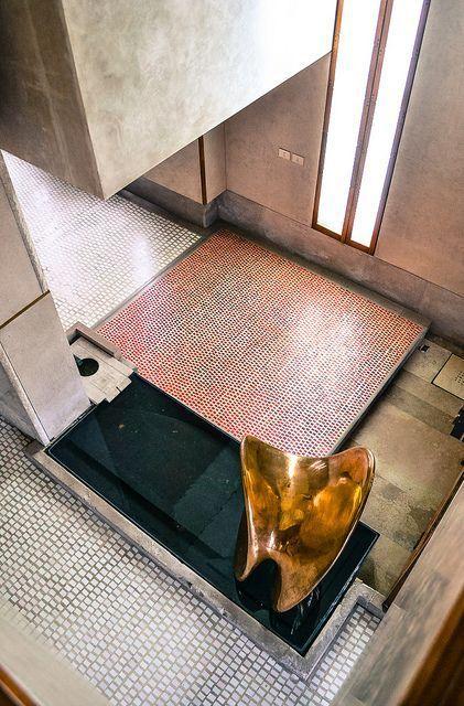 CARLO SCARPA, Olivetti Showroom, Venice, Italy 1957-1958. Brass sculpture Nudo al Sole by Alberto Viani, 1956. Photography by Emilio Trevisiol. / Hiveminer