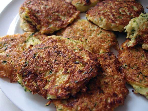 Squashfrikadeller er luftige, saftige vegetarfrikadeller. Du kan bruge dem som en del af en vegetar-servering eller servere dem som tilbehør til en kødret.