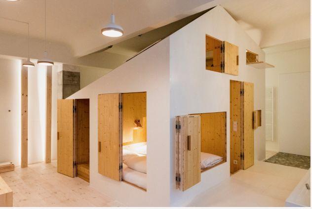 """Holz in der Hüte: Im """"Hideout Zimmer"""" kommen mit Sauna, Bar, Küchenzeile, Regendusche, Schreibtisch, Badewanne und Kingsize-Betten. (Foto: Rita Lino & James Pfaff)"""