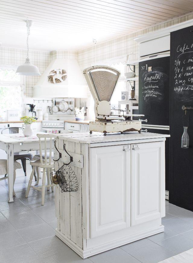 Saareke vanhasta keittiökaapista. Contry style kitchen. | Unelmien Talo&Koti Unelmien Talo&Koti Kuva: Hanne Manelius Toimittaja: Ilona Pietiläinen