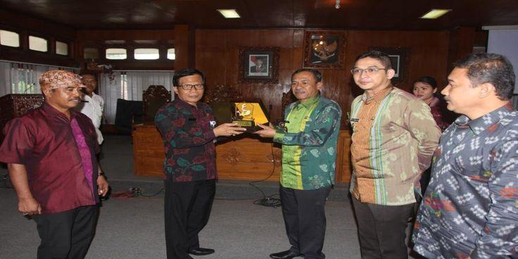 PNS di Lingkungan Pemkab Gianyar pada Rabu siang (3/7) mendapat kejutan. vokalis Band Ungu yang kini menjabat sebagai Wakil…