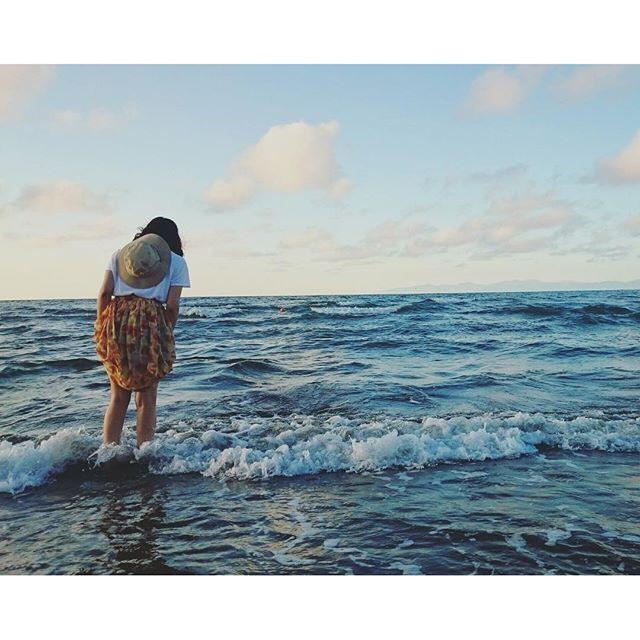 【_mellow173_】さんのInstagramをピンしています。 《このあとスカートぬれて秒で浜に戻った🚶 #海 #夏 #今日の服 #昨日だけど #champion #patagonia》