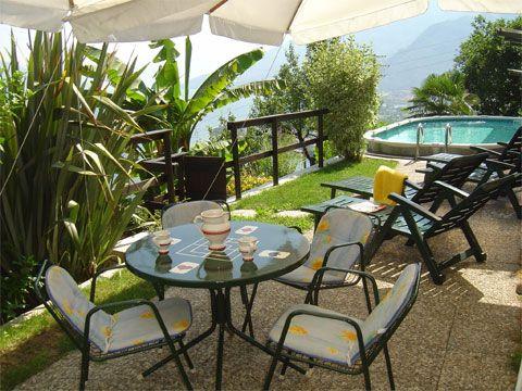 Das Rustico- #Ferienhaus Rosato mit überdachter Terrasse im Weinberggehöft Casa Rina liegt an schöner Aussichtslage, oberhalb #Gravedona mit traumhaftem Panoramablick über den #Comersee und Gemeinschafts-#Pool.