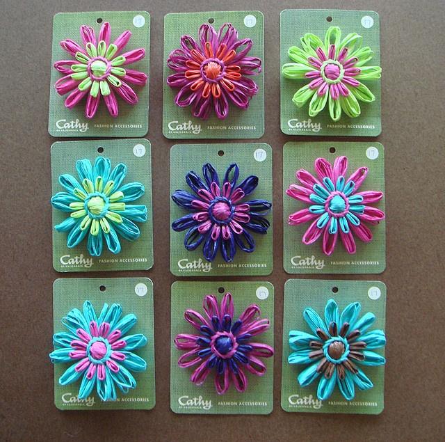 Wol bloemen in verschillende kleuren combinaties Zelf maken? Kijk voor bollen acryl garen en flower looms eens op http://www.bijviltenzo.nl