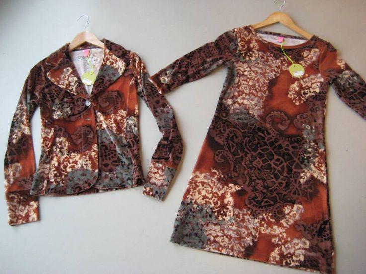 Alle Kyra & Ko kleding heeft een uitstekende pasvorm en is ontworpen om het vrouwelijk lichaam zo mooi mogelijk uit te laten komen. De blazers van Kyra & Ko hebben een mooie snit en sluiten goed aan op het lichaam. De jurken zijn vaak afgewerkt met een korte mouw en passen perfect onder één van de blazers uit de collectie.