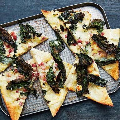 Pizza bianco är kort och gott en pizza utan tomatsås. Här är det i stället crème fraiche, smulad ädelost och riven mozzarella som får stå i centrum, tillsammans med strimlad svartkål. Kålen blir läckert frasig i ugnen. Kör som middag, eller bjud som små snittar.