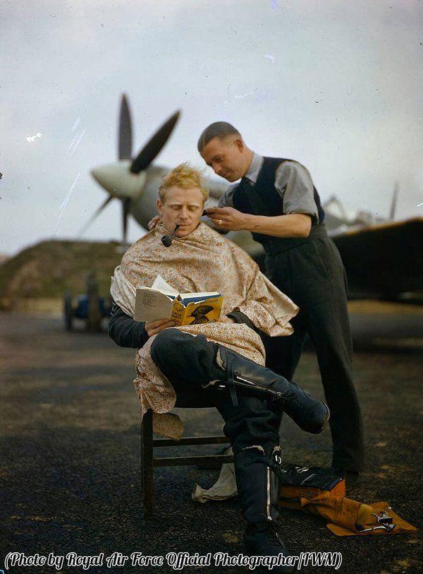 Cosa troverete: un pilota di RAF inglese che si fa barba e capelli sulla pista di atterraggio; Stephen King che firma un autografo sulla schiena di un fan con lo sguardo da giorgione; dei tizi in c…