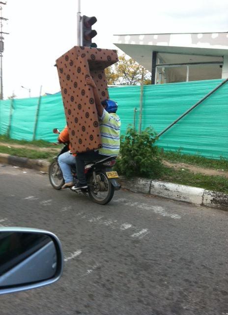 Cesar González en Neiva, Huila, captó una terrible imprudencia, observen a este hombre que transporta un gigantesco sofá en su moto lo que le impide sostenerse de manera adecuada y además pudo causar un grave accidente de tránsito.