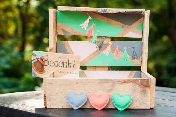 Op de meeste bruiloften worden veel enveloppen met geld cadeau gegeven aan het bruidspaar. Dan is het leuk als jullie je eigen enveloppenkistje maken.
