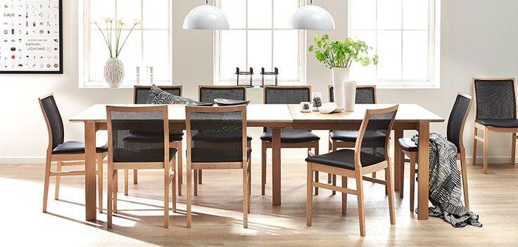 Til bords med stolemager Høffs lette, behagelige stole og designer Stepps spisebord med lethed og elegance - velkommen til vennerne og familien.
