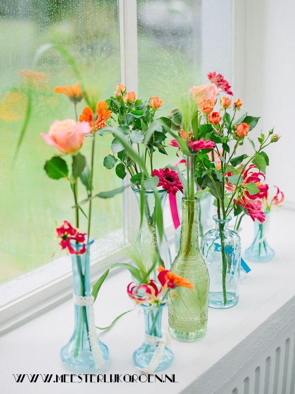 Bloemdecoratie - vaasjes met losse bloemen in roze en oranje. Rozen, panicum, gloriosa, gerbera. www.meesterlijkgroen.nl fotocredit: www.elveragerlinda.nl