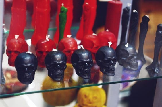 Черная восковая свеча-череп для ритуалов темной магии https://www.skuld.com.ua/svechi/chernye-svechi/svecha-cherep свеча-стелла из красного воска для приворотов и сексуальной магии https://www.skuld.com.ua/svechi/figurnie-svechi/svecha-stela-mugchina-i-genschina