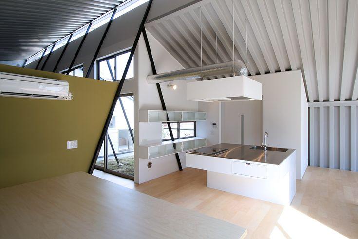 デザインアイランドキッチン。背後の部屋は冷蔵庫や収納。