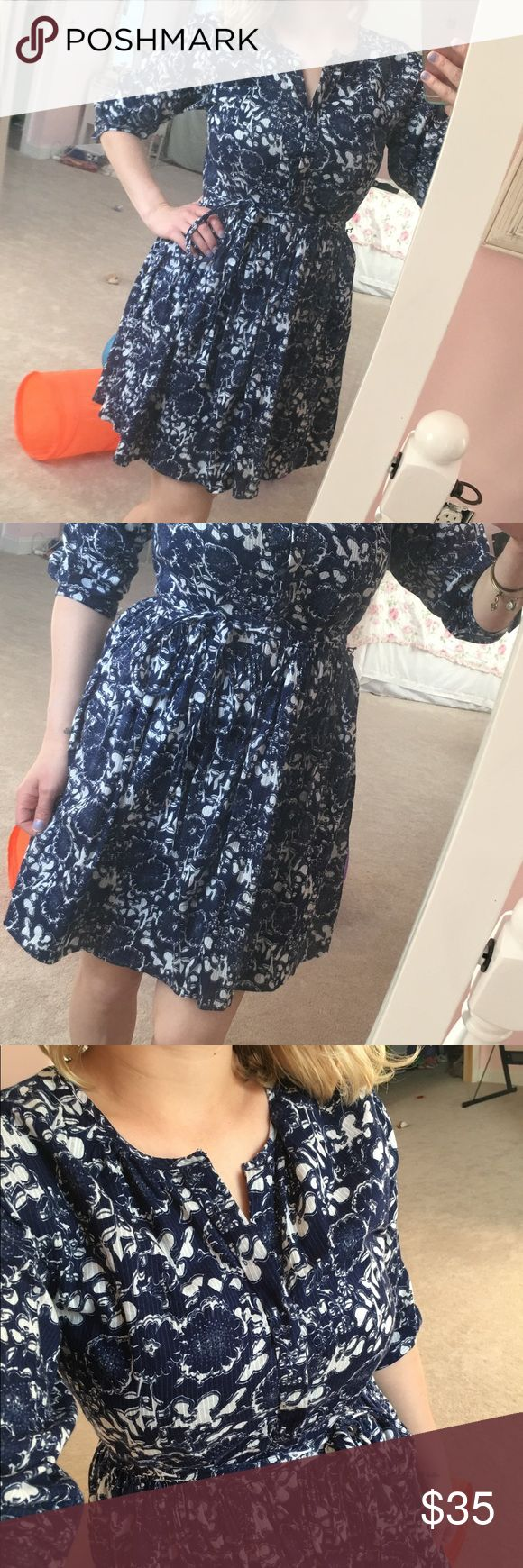 Floral GAP dress Great condition!!! Quarter length sleeves, buttoned all the way down, ties around waist. I am 5 feet for reference GAP Dresses Midi