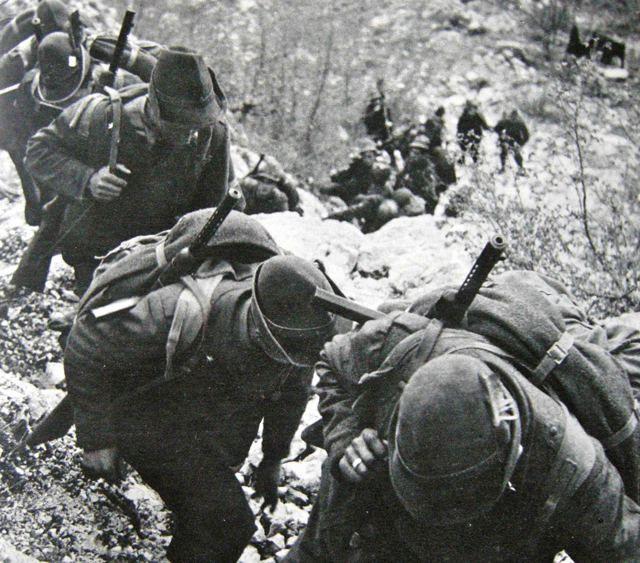 """Alpini italiani del battaglione """"Piemonte"""" in marcia verso la vetta di Monte Marrone.   #TuscanyAgriturismoGiratola"""